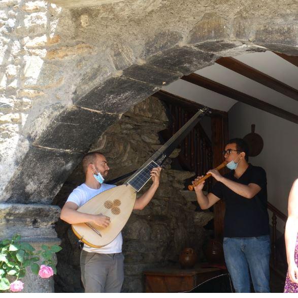 """""""Las golondrinas"""", de Dolores Cabrera: Fran (tiorba), Gabriel (flauta de pico), Gema (voz) y Pablo (voz)."""